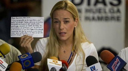Lilian Tintori lee carta